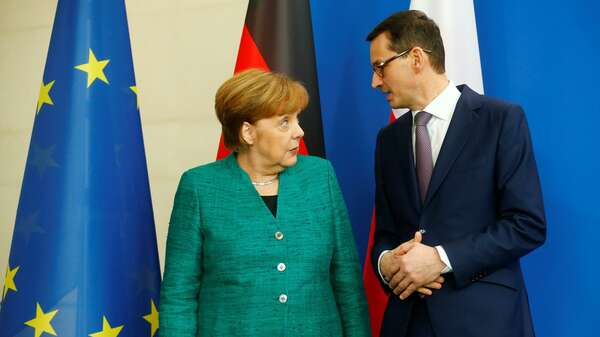 Chancellor Angela Merkel and Polish Prime Minister Mateusz Morawiecki address a news conference in Berlin, Germany, February 16, 2018. REUTERS/Hannibal Hanschke Foto: REUTERS