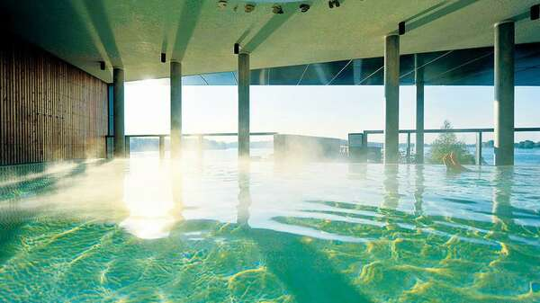 Totale Entspannung: das dampfende Schwimmbad der Fontane-Therme in Neuruppin mit Blick auf den Ruppiner See. Foto: PETRA STUENING