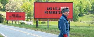 "Kämpferin. Frances McDormand sucht als Mutter in ""Three Billboards Outside Ebbing, Missouri"" mit Plakaten nach dem Mörder ihrer Tochter. Foto: 20th Century Fox"