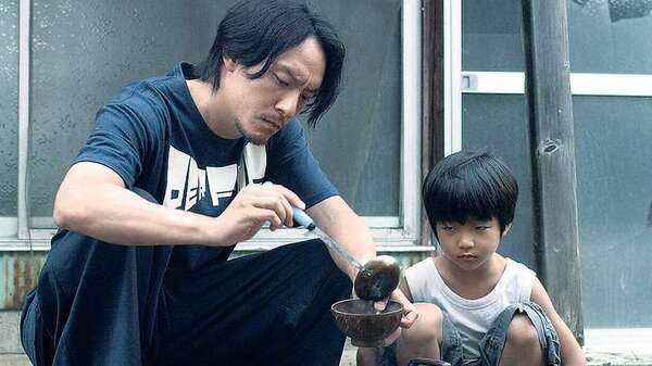 Vaterfigur. Der Profikiller Mr. Long (Chen Chang) strandet in Tokio und trifft dort den kleinen Jun (Bai Runyin). Foto: Rapid Eye Movies