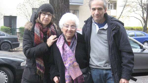 Helga Lemer (centre) with her children Barbara Anders and Robin Lemer at the Stolperstein in Güntzelstraße in Berlin Wilmersdorf. Foto: Barbara Anders