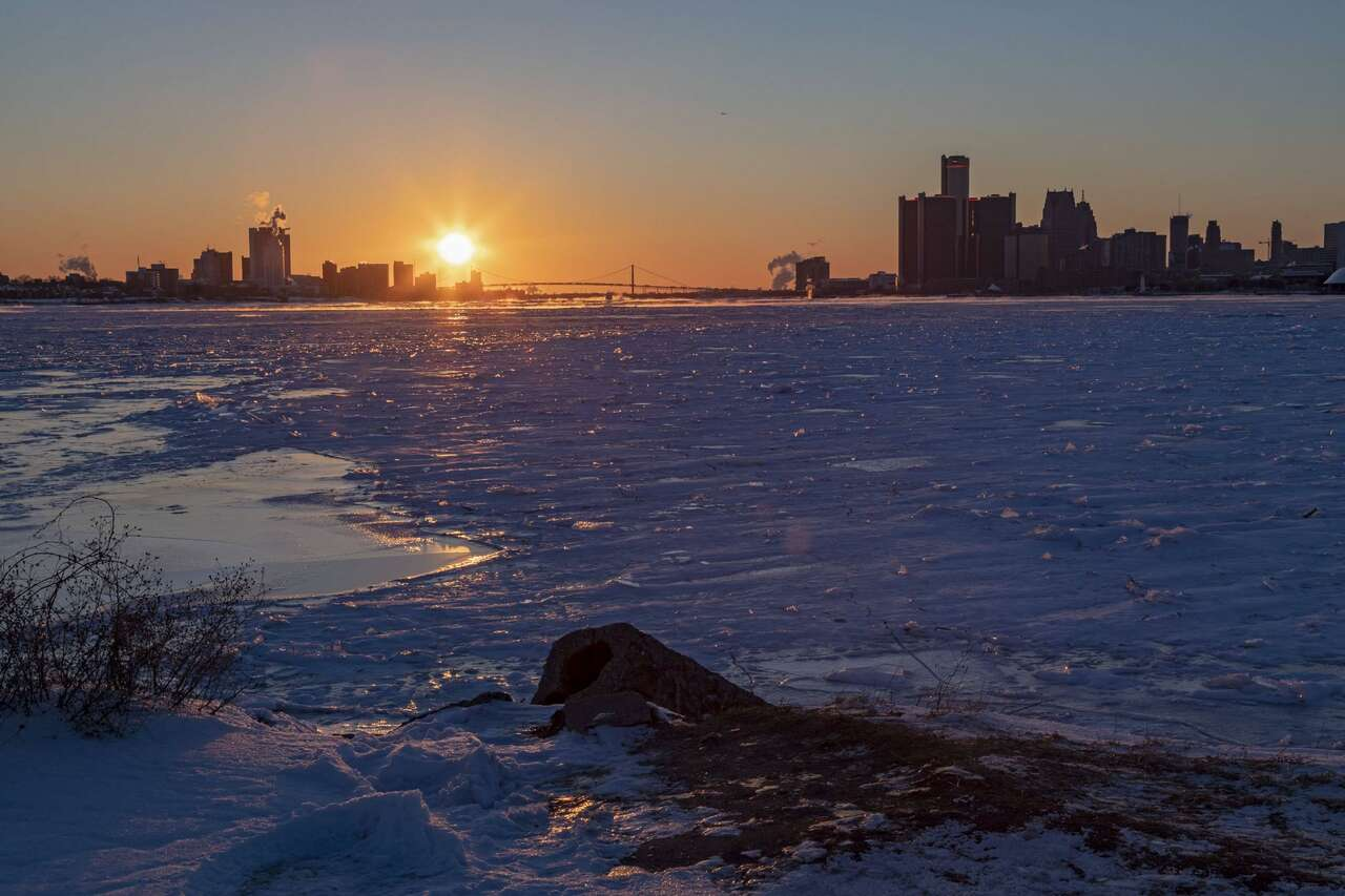 Kälterekord in der US-Metropole Detroit, Michigan: Bei Sonnenuntergang zeigte das Thermometer -22 Grad Celsius. Foto: Jim West/imago/ZUMA Press