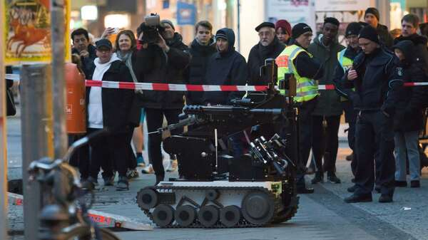 Explosiver Fund: Ein Sprengstoffroboter am Tatort in Berlin-Steglitz Foto: dpa/Georg Moritz