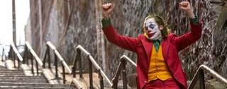 "Zu Gary Glitters ""Rock'n'Roll, Part 2"" tanzt Arthur Fleck in ""Joker"" eine Treppe hinunter. Foto: Warner Bros"