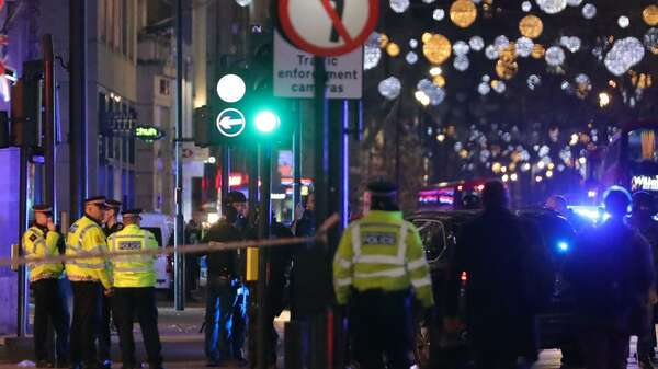 Polizisten vor der U-Bahn-Station Oxford Circus in London. Foto: AFP / Daniel Leal-Olivas