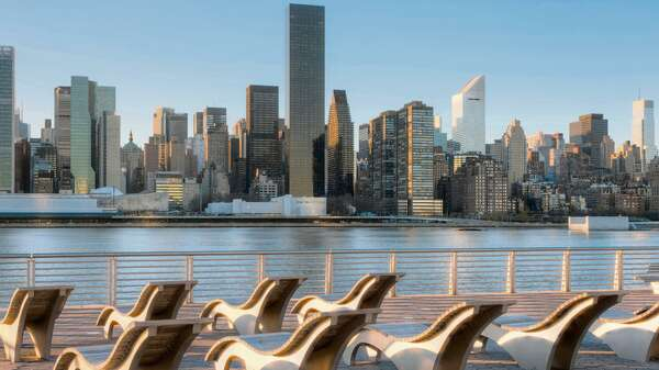 Blick auf die Skyline von Manhattan vom Gantry Plaza State Park in Long Island City. Foto: Alamy
